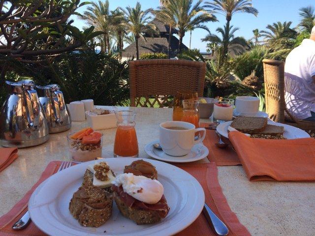 Tomando el desayuno en el Kempiski Hotel Bahía Estepona