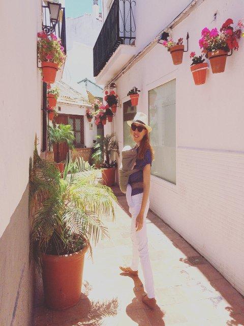Abby y Paula paseando por Estepona