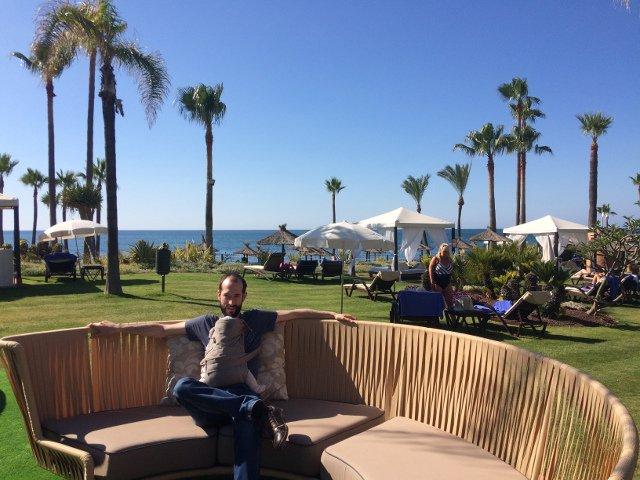 Pedro en la zona de piscinas del Kempiski Hotel Bahía Estepona