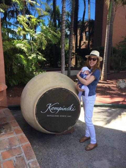 Abby y Paula en la entrada del Kempiski Hotel Bahía Estepona