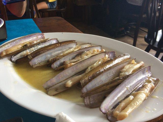 Probando las navajas y los mariscos de Galicia