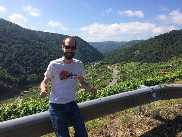 Pedro en una carretera de la Ribeira Sacra en Galicia