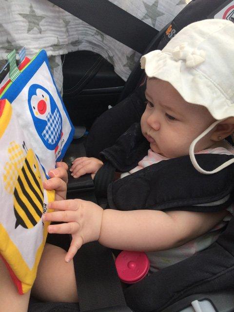 Paula con un libro en el coche