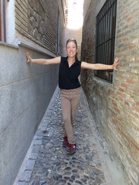 Abby en una calle estrecha de Toledo