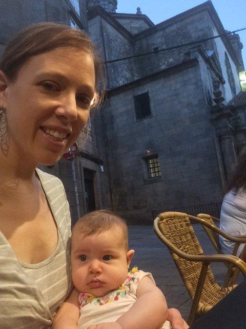 Abby y Paula en una terraza Santiago de Compostela