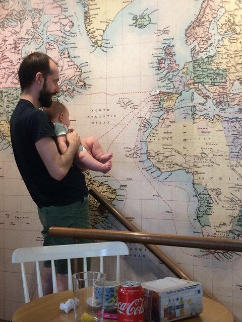 Pedro viendo el mapa con Paula
