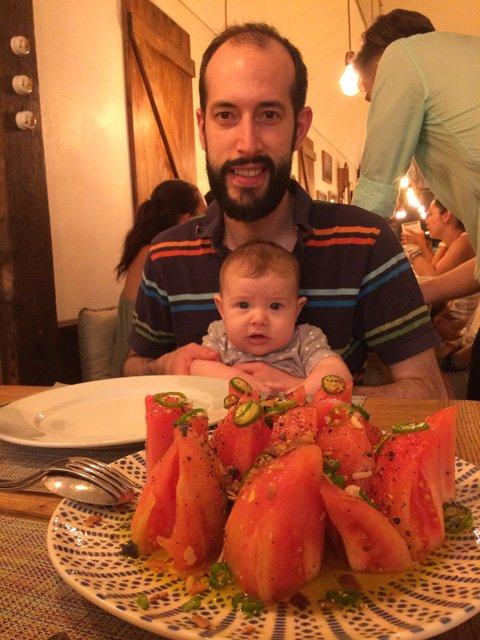 Paula y Pedro en un restaurante