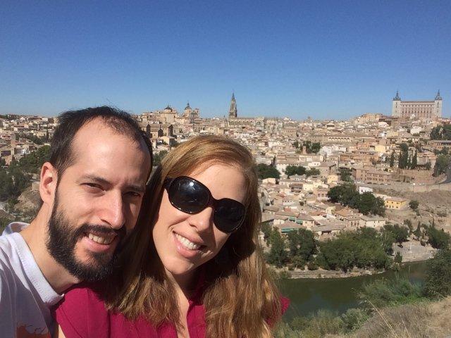 Abby y Pedro con las vista panorámica de Toledo detrás