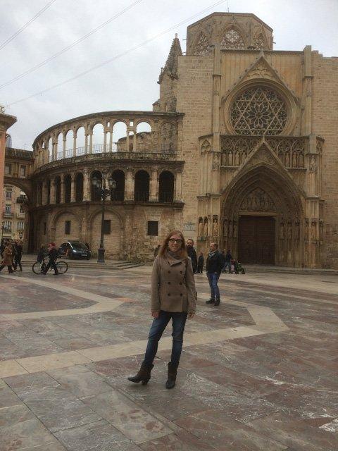 Abby disfrutando de la Catedral, una de las muchas cosas que ver en Valencia