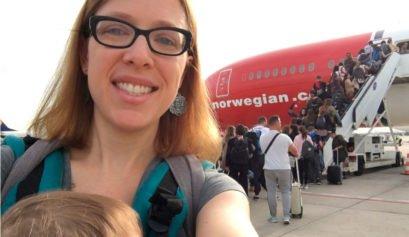 Abby y Paula con el avion Dreamliner de Norwegian