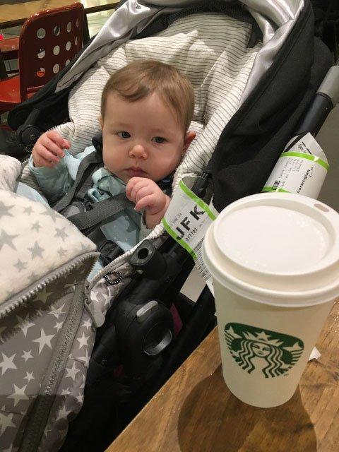Paula espera el vuelo de Norwegian con un cafe en el aeropuerto de Madrid