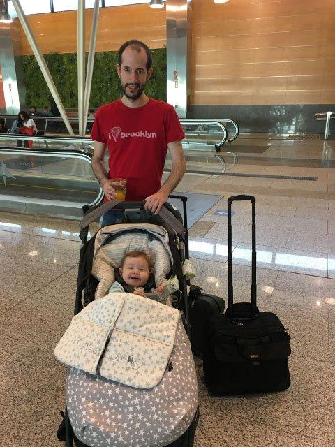 Pedro y Paula en la puerta de-embarque para el vuelo Norwegian