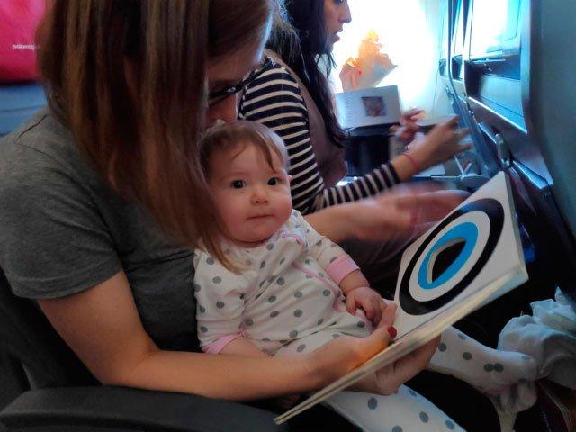 Abby leyendo con Paula en el vuelo Norwegian