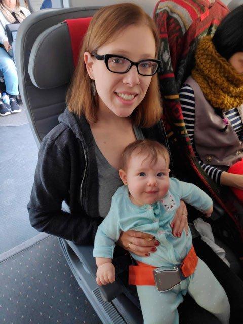 Abby y Paula listas para la llegada a Nueva York en el vuelo Norwegian