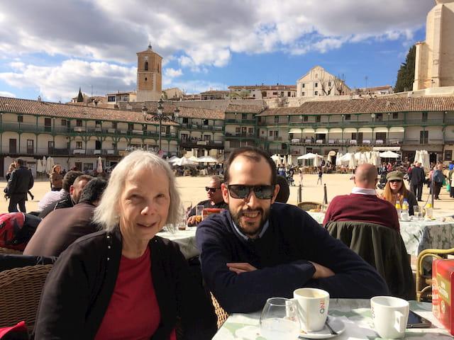 Pam y Pedro en la Plaza Mayor de Chinchón