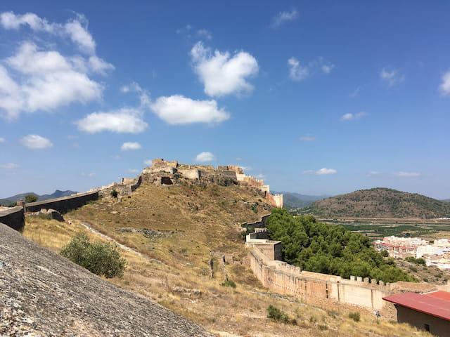 Castillo de Sagunto en lo alto de la colina
