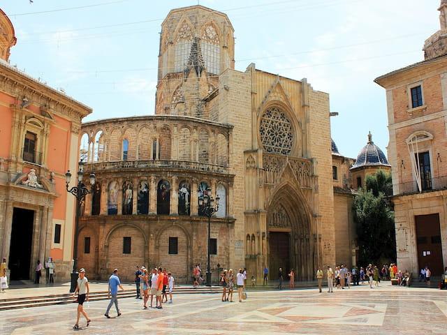 Plaza de la Virgen, lugar de encuentro del tour