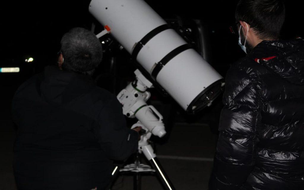 Observación astronómica en Chelva con un guía