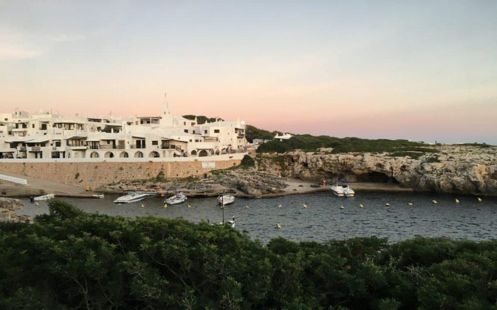 El poblado blanco de Binibeca Vell en Menorca