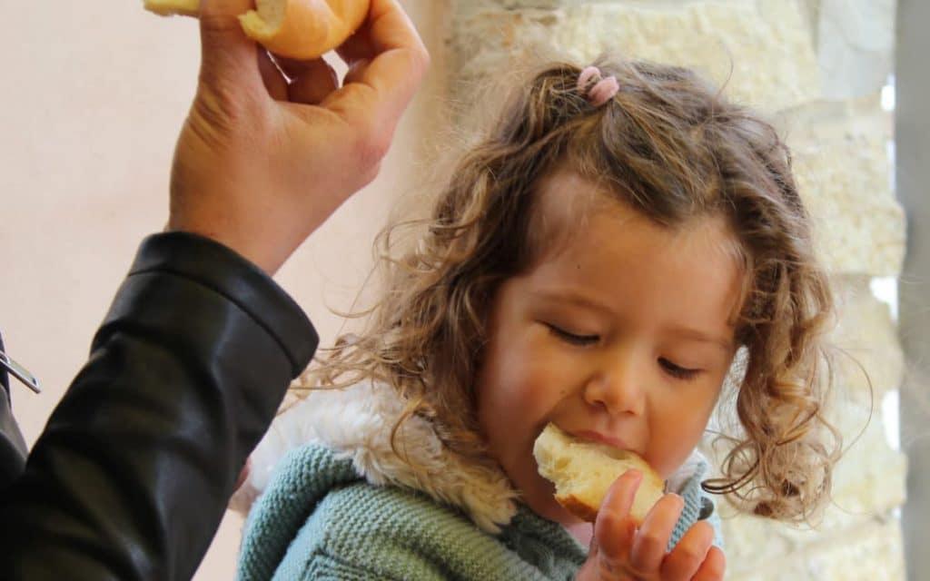 Paula probando la torta de jamón en Chelva